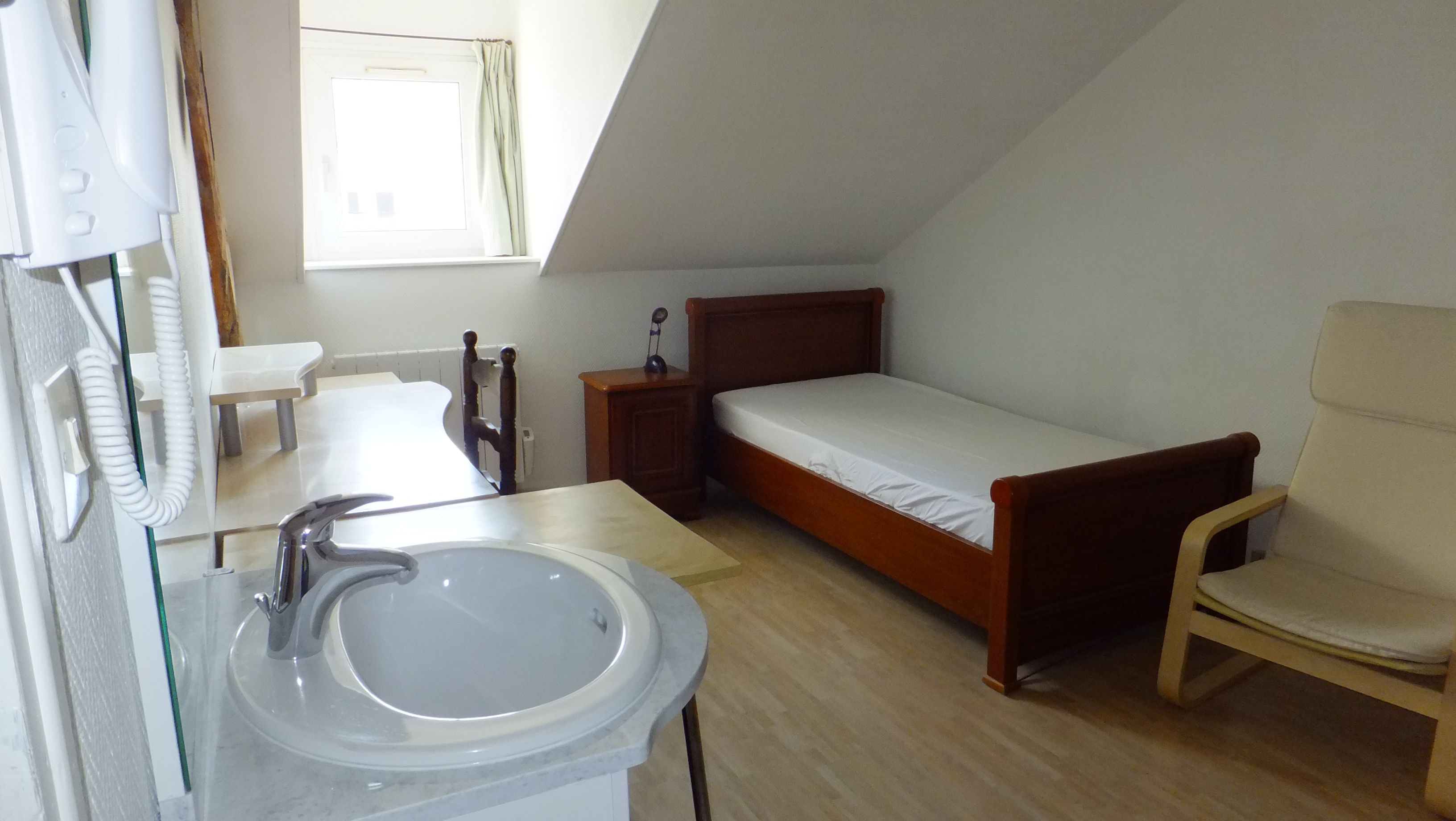location tudiant chambre meubl e proche catho esa bx arts mongazon. Black Bedroom Furniture Sets. Home Design Ideas